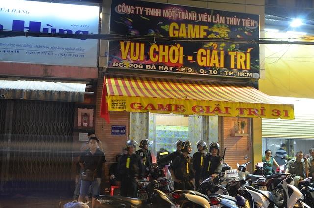 Cảnh sát bao vây khu đánh bạc