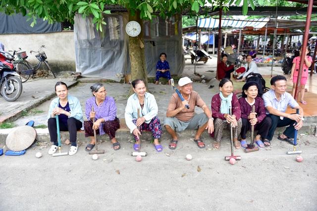 Ở làng Xuân Bách (Sóc Sơn, Hà Nội), một đội bóng cửa có khoảng 16 cầu thủ. Ngoài luyện tập trên sân vào mỗi chiều, các cụ nơi đây còn thường xuyên tổ chức giao hữu với các đội bóng ở làng lân cận.