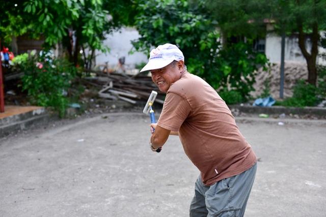 Sở dĩ môn bóng cửa trở thành niềm đam mê của các cụ già nơi đây bởi nó dễ chơi, lại nhẹ nhàng đặc biệt tăng sự gắn kết, tập thể giữa các thành viên trong đội.