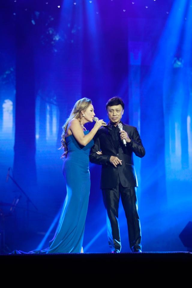 Khoác tay nam danh ca Tuấn Ngọc thể hiện ca khúc Dốc mơ.