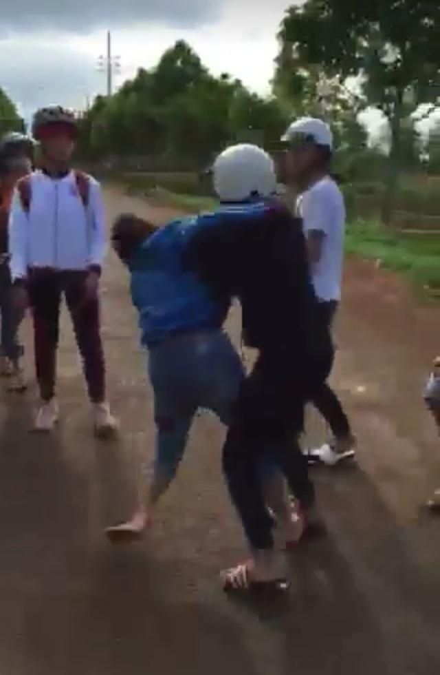 Hai nữ sinh đánh nhau giữ đường (ảnh cắt từ clip)