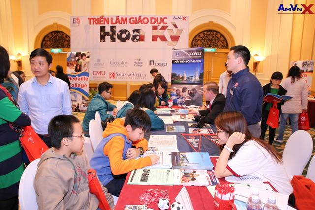 Triển lãm Đại học Mỹ AMVNX hàng năm thu hút sự quan tâm của hàng trăm phụ huynh và học sinh.
