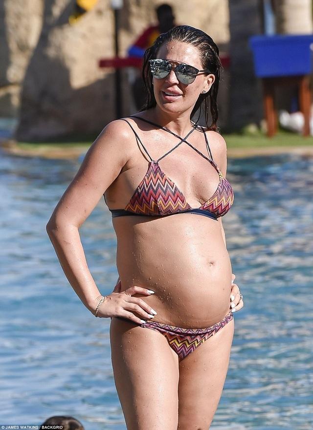 Cựu hoa hậu Anh Danielle Lloyd cùng bạn trai và 3 con nhỏ đang đi nghỉ mát tại Dubai
