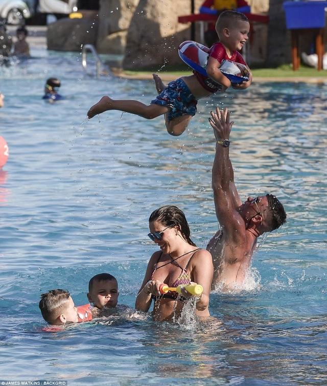 Gia đình nổi tiếng trông rất hạnh phúc khi vui đùa cùng nhau bên bể bơi