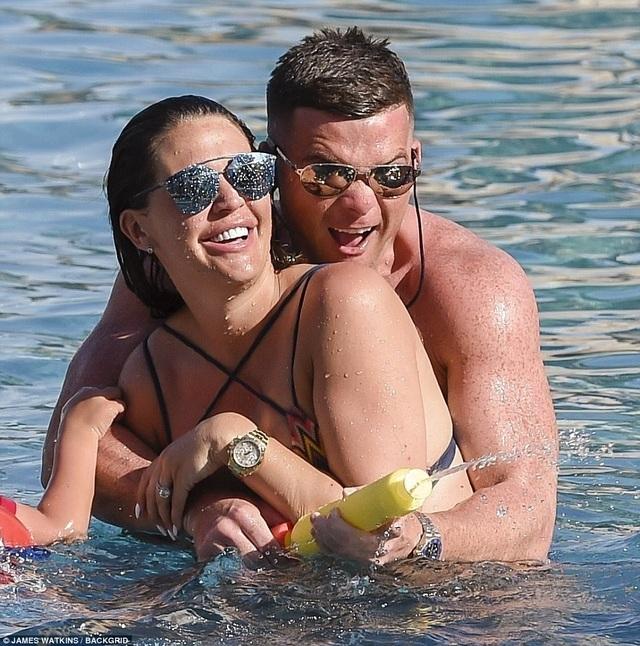 Danielle Lloyd mang thai đã hơn 7 tháng với bạn trai Michael ONeil và cô khẳng định, bạn trai cô là người đàn ông tuyệt vời nhất
