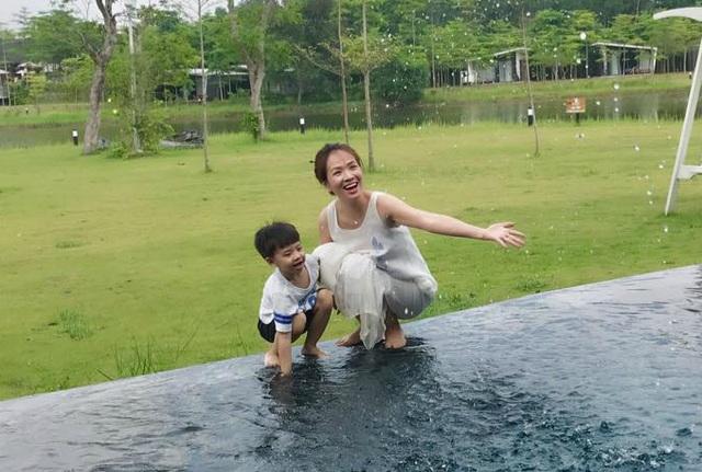 Đan Lê hạnh phúc bên gia đình trong kỳ nghỉ và cùng con trai nghịch nước. Cô viết cho con trai: Chỉ có tình yêu của mẹ dành cho con là không bao giờ thay đổi hay quên lãng