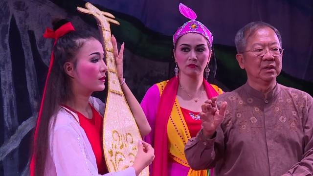 Đạo diễn Chu Soo Pong cùng các diễn viên tham gia vở diễn.