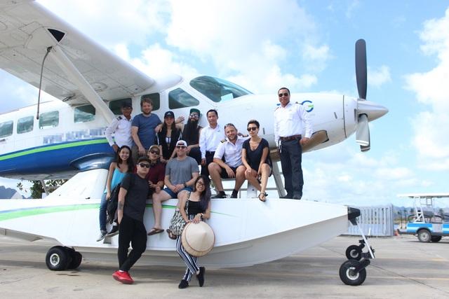 Hai đạo diễn vui vẻ chụp ảnh cùng các thành viên trong đoàn phục vụ sau khi kết thúc hành trình thăm thú Vịnh Hạ Long.