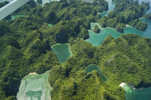 Cảnh đẹp kỳ vĩ và diễm lệ của các hòn đảo trên Vịnh Hạ Long qua góc nhìn từ thuỷ phi cơ.