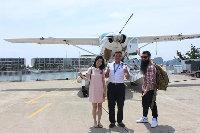 Đạo diễn vui vẻ chụp ảnh lưu niệm cùng thành viên ê-kíp làm chương trình và phi công lái thuỷ phi cơ.