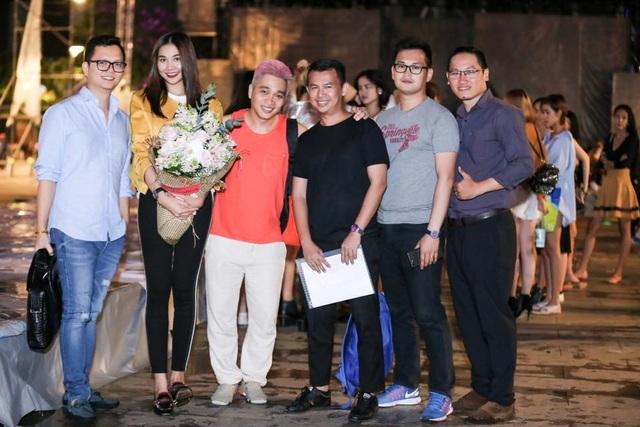 Sau 2 đêm thành công tốt đẹp và có dấu ấn riêng, đạo diễn trẻ Long Kan (ngoài cùng bên trái) đã có những chia sẻ thú vị xoay quanh show diễn ấn tượng lần này.