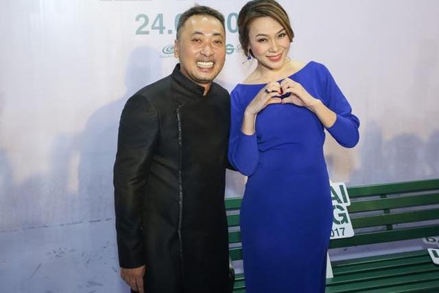 Đạo diễn Nguyễn Quang Dũng (bên trái) gửi lời xin lỗi tới khán giả vì sự cố ảnh thờ của vợ nhân vật Tư Lành trong phim. Ảnh: QD.