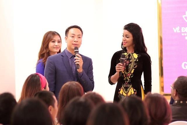 Phu nhân Đại sứ Haiti trò chuyện cùng Đạo diễn Quang Tú.