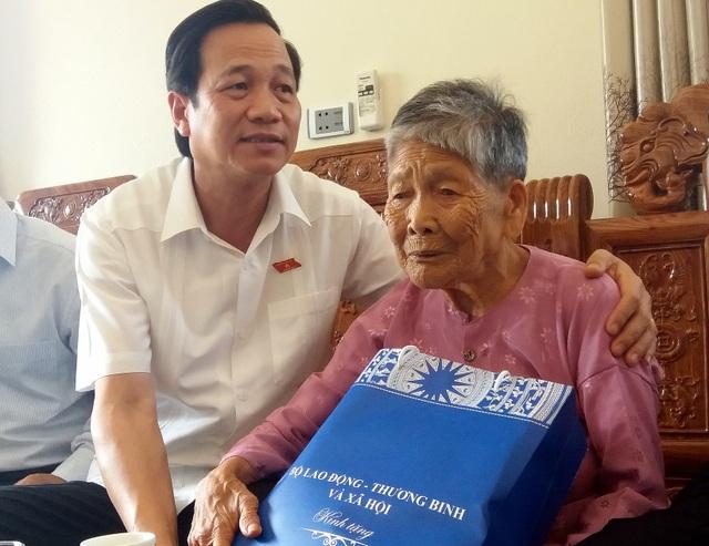 Bộ trưởng Đào Ngọc Dung tặng quà mẹ liệt sĩ tại Thanh Hoá