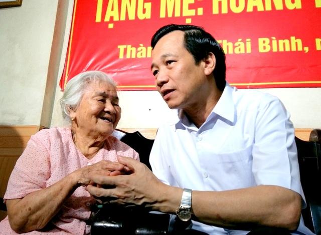 Bộ trưởng Đào Ngọc Dung tới thăm và tặng quà mẹ Việt Nam anh hùng tại Thái Bình.