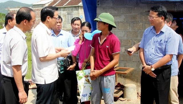Thăm hỏi, động viên, trao phần quà 10 triệu đồng cho hộ nghèo Nguyễn Văn Long có nhà bị sập do bão số 10.