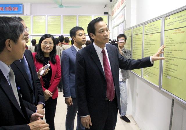 Bộ trưởng Đào Ngọc Dung tới tham quan hệ thống bảng chỉ tiêu tuyển dụng việc làm.