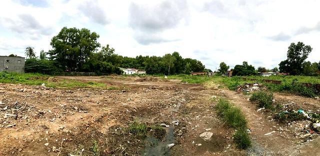 Khu đất của gia đình bà Uyên bị thu hồi năm 2010 nhằm phục vụ dự án tái định của của KDL Suối Tiên. Nay dự án này đã bị thu hồi nên bà Uyên kiến nghị được trả lại tiền bồi thường để nhận lại đất.