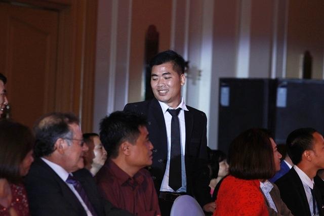 NTK Đỗ Trịnh Hoài Nam đấu giá áo dài dát vàng ủng hộ đồng bào vùng lũ - 3