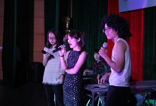 Nhóm thi Redbean của Khánh Vy say sưa hát theo ca khúc Wannable đình đám một thời của ban nhạc Spice Girl