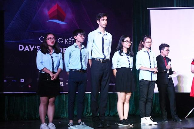 Top 5 thí sinh xuất sắc nhất tranh tài trong đêm chung kết của DAV's Leaders.