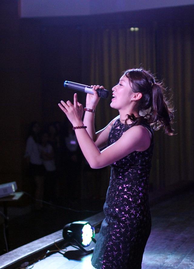 Nữ sinh có thể nói 7 thứ tiếng vào vai ca sĩ Emma