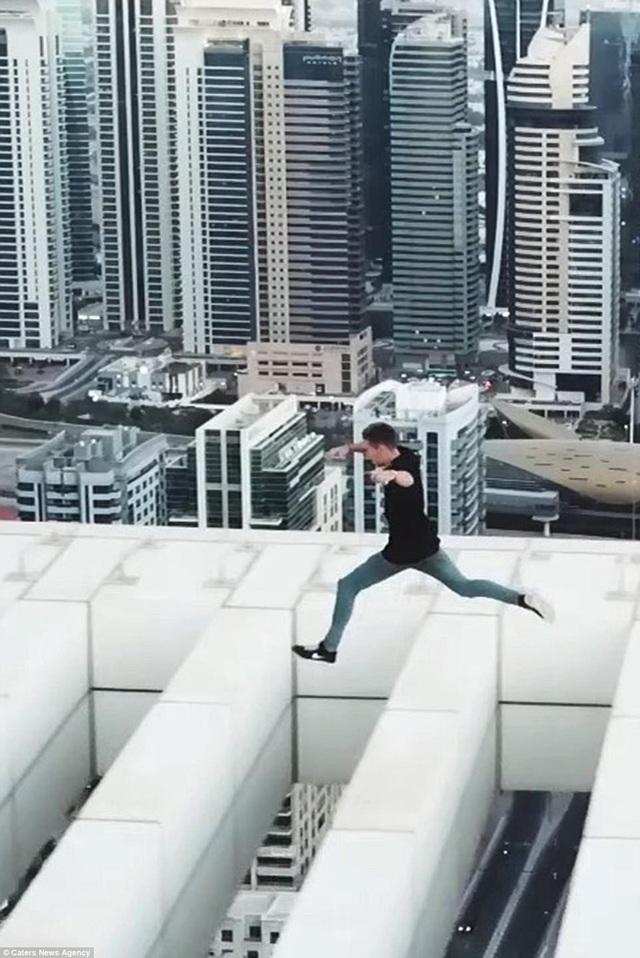 David Nelmes thực hiện các cú nhảy qua lỗ hổng trên mái nhà của tòa cao ốc mà không có dụng cụ bảo hộ