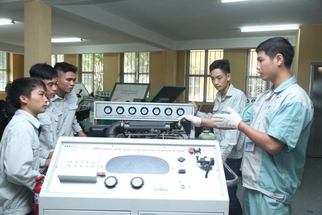 Giáo viên Trường Cao đẳng nghề Công nghiệp Hà Nội đang hướng dẫn sinh viên thực tập nghề Công nghệ ô tô. Ảnh: Phạm Hùng.