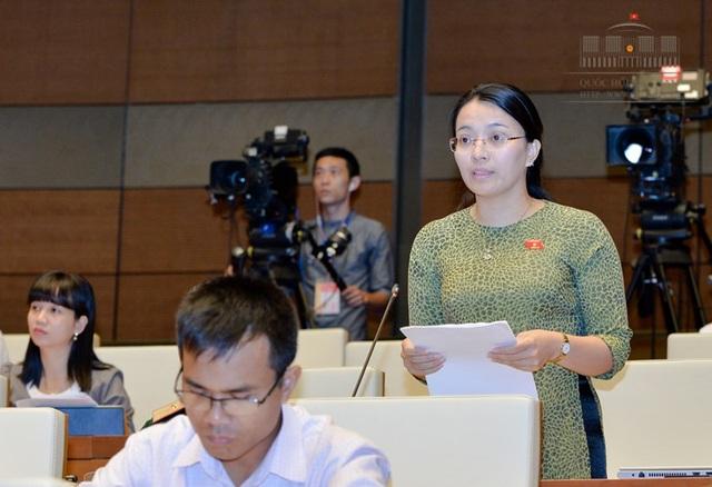 Đại biểu Hoàng Thị Thu Trang băn khoăn không rõ các TCTD sẽ tự xử lý tài sản đảm bảo như thế nào khi ngay cả cơ quan thi hành án còn gặp khó khăn, bị chống đối.