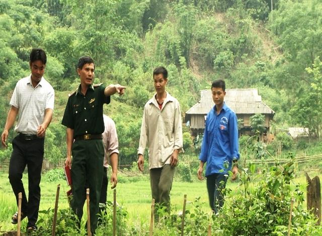 Thiếu tá Vũ Xuân Thu cùng ban quản lý bản đi quy hoạch ruộng lúa nước