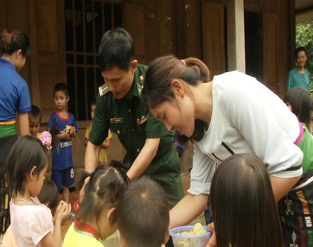 Thiếu tá Thu và các giáo viên phát quà cho các cháu học sinh điểm trường Mầm non bản Khà