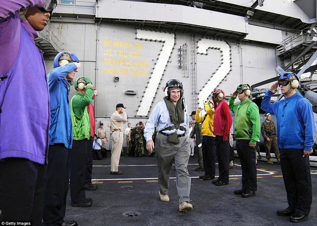 Theo đó tùy theo vị trí công việc và vai trò, các thủy thủ sẽ được xếp cho một bộ đồng phục với màu sắc tương ứng bao gồm tím, xanh lục, xanh lam, vàng, đỏ, nâu và trắng. Trang web của Hải quân Mỹ mô tả sự phối kết hợp nhịp nhàng giữa các bộ phận để giúp máy bay cất cánh và hạ cánh giống như một tiết mục múa ba lê được biên đạo nhịp nhàng, chuẩn xác. Mỗi người một nhiệm vụ và họ sẽ đảm bảo thực hiện tốt nhiệm vụ của mình theo quy chuẩn được đưa ra.