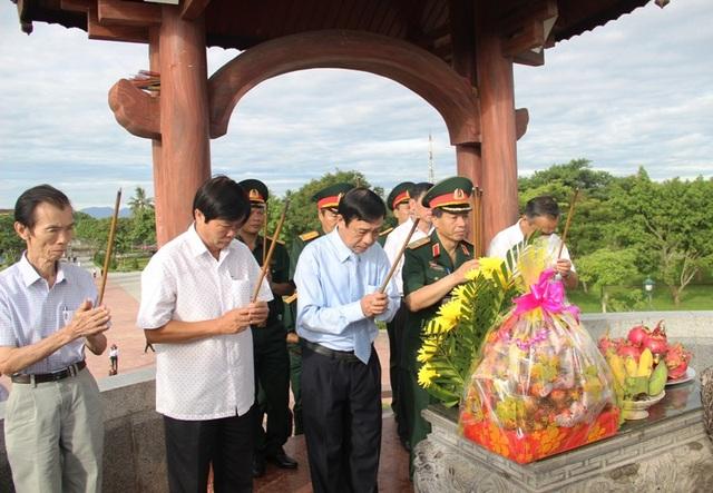 ... và dâng hương tri ân các anh hùng, liệt sĩ tại Thành cổ Quảng Trị