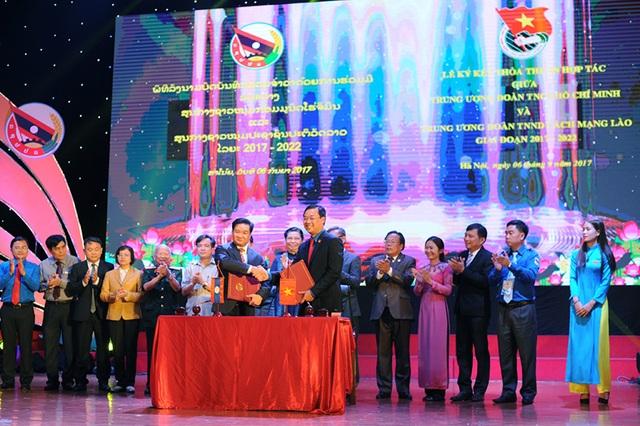 Buổi lễ chứng kiến màn ký kết thoả thuận hợp tác giữa Trung ương Đoàn TNCS HCM và Trung ương Đoàn TNNDCM Lào giai đoạn 2017 - 2022