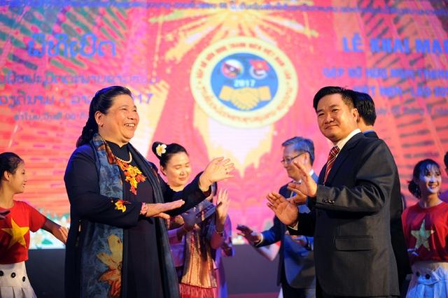 Phó Chủ tịch thường trực Quốc hội Việt Nam Tòng Thị Phóng (bên trái ảnh) chào mừng đoàn đại biểu thanh niên Lào sang Việt Nam tham dự chương trình giao lưu. Bà hoà chung vào điệu múa truyền thống của dân tộc Lào anh em.