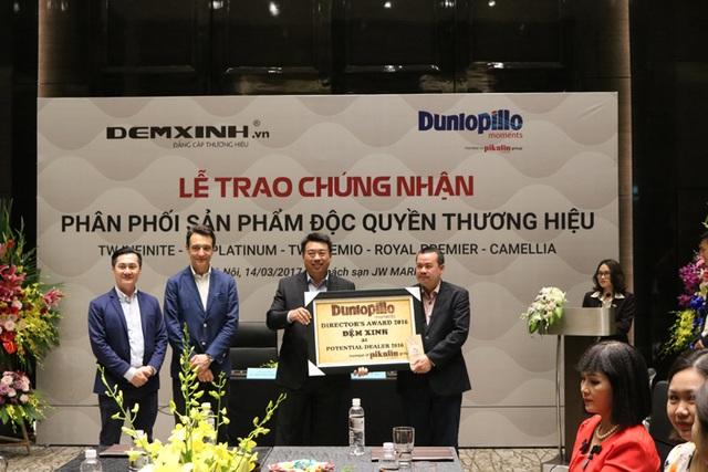 Buổi lễ trao chứng nhận phân phối sản phẩm độc quyền thương hiệu cho hệ thống phân phối Đệm Xinh