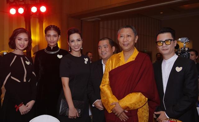 Chương trình có phần đấu giá bức tượng Phật vàng được Ngài Nhiếp Chính Vương Shyalpa Tenzin Rinpoche tặng cho Ngô Thanh Vân trong chuyến hành trình đến Nepal trong lễ Phật Đản vừa qua. Ngài Nhiếp Chính Vương đã có mặt để cùng tiếp sức cho Ngô Thanh Vân trong chương trình ý nghĩa này.