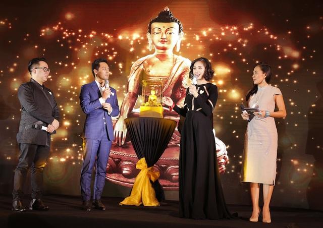 Bức tượng vàng đã được nâng mức đấu giá dừng lại tại 100,000 USD; tuy nhiên, với lòng hảo tâm của những vị khách mời tại đêm tiệc ủng hộ thêm, tổng số tiền đấu giá cho vật phẩm này lên đến 174,400 USD. Phần đấu giá tượng Phật Vàng này đã được chính MC Phan Anh và Ngô Thanh Vân dẫn dắt trong đêm gala.