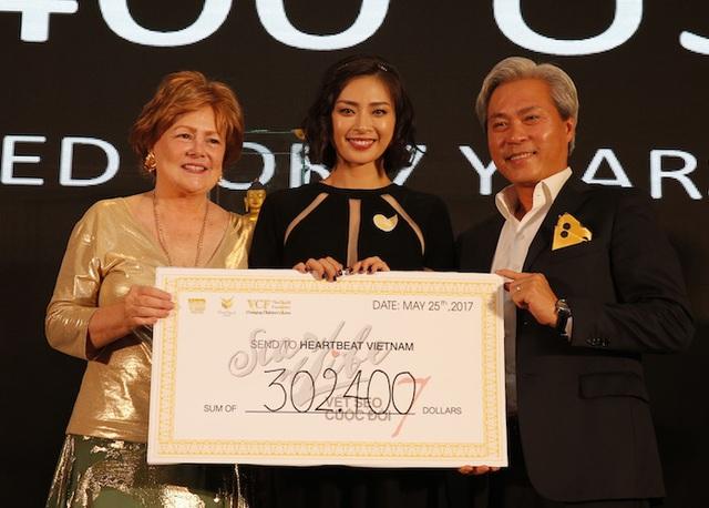 Tổng số tiền thu được 302,400 USD tương ứng với gần 6,9 tỷ đồng chính là tổng số tiền thu được từ vật phẩm đấu giá và đóng góp của các khách mời tham dự.