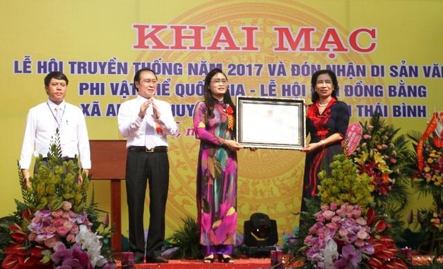 Bà Đặng Thị Bích Liên, Thứ trưởng Bộ Văn hóa - Thể thao và Du lịch trao Bằng chứng nhận đền Đồng Bằng là Di sản văn hóa phi vật thể Quốc gia