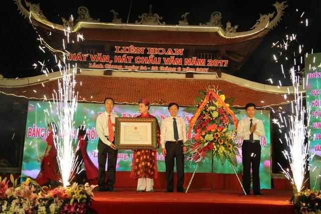 Lễ đón nhận bằng ghi danh Di sản văn hoá phi vật thể tại đền Lảnh Giang - Hà Nam tối 24/6. Ảnh: Q.H