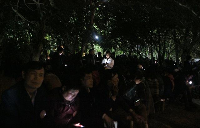 Trong khi một số đại biểu khác vật vờ chờ đợi bên ngoài đền Thiên Trường