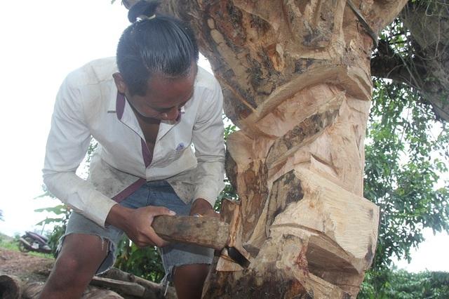 Từ những khối gỗ thô kệch, nghệ nhân trẻ biến nó thành những tác phẩm nghệ thuật