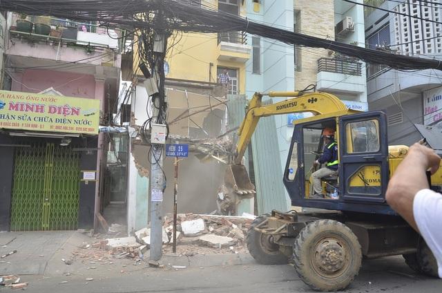 Tổ công tác của quận 1 đập bỏ trụ sở khu phố