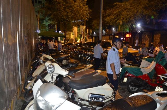 Bãi giữ xe trên đường Thi Sách (phường Bến Nghé) nuốt trọn vỉa hè