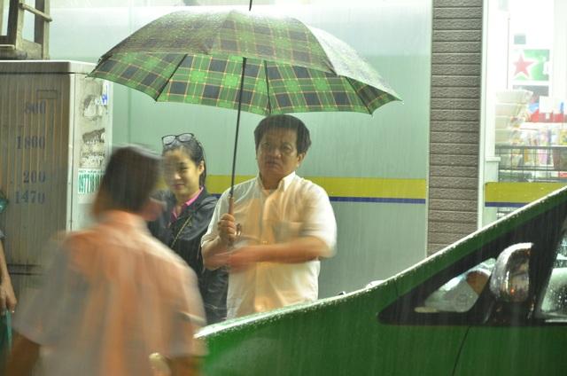 Bất chấp cơn mưa nặng hạt, ông Đoàn Ngọc Hải vẫn xuống đường dẹp vỉa hè