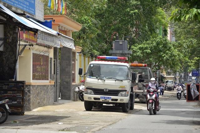 Xe của Phòng CSGT TPHCM cũng đậu trên vỉa hè