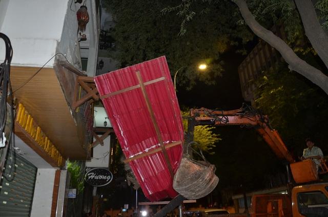 Mái hiên nhà xây không phép lấn ra vỉa hè bị tháo dỡ