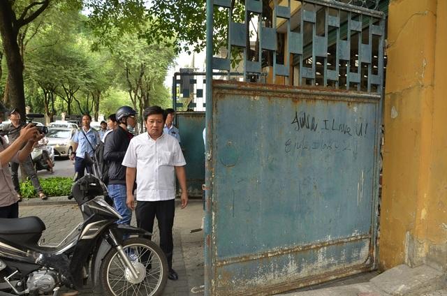 2 cánh cửa của Văn phòng Tổng công ty thép Việt Nam tại TPHCM mở ra chiếm ½ vỉa hè của người đi bộ