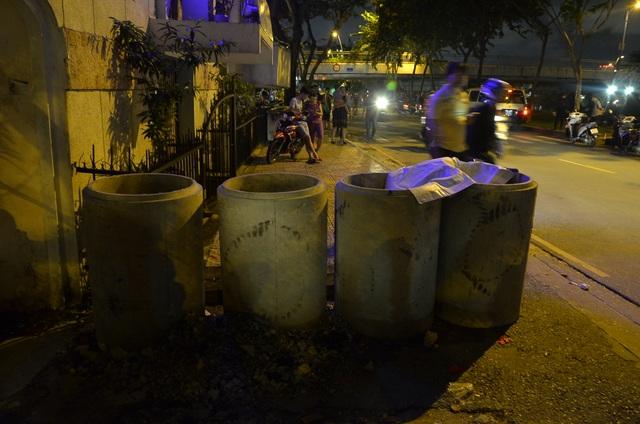 Nhiều ống cống để chiếm hết lối của người đi bộ được chụp ảnh gửi cho phường xử lý